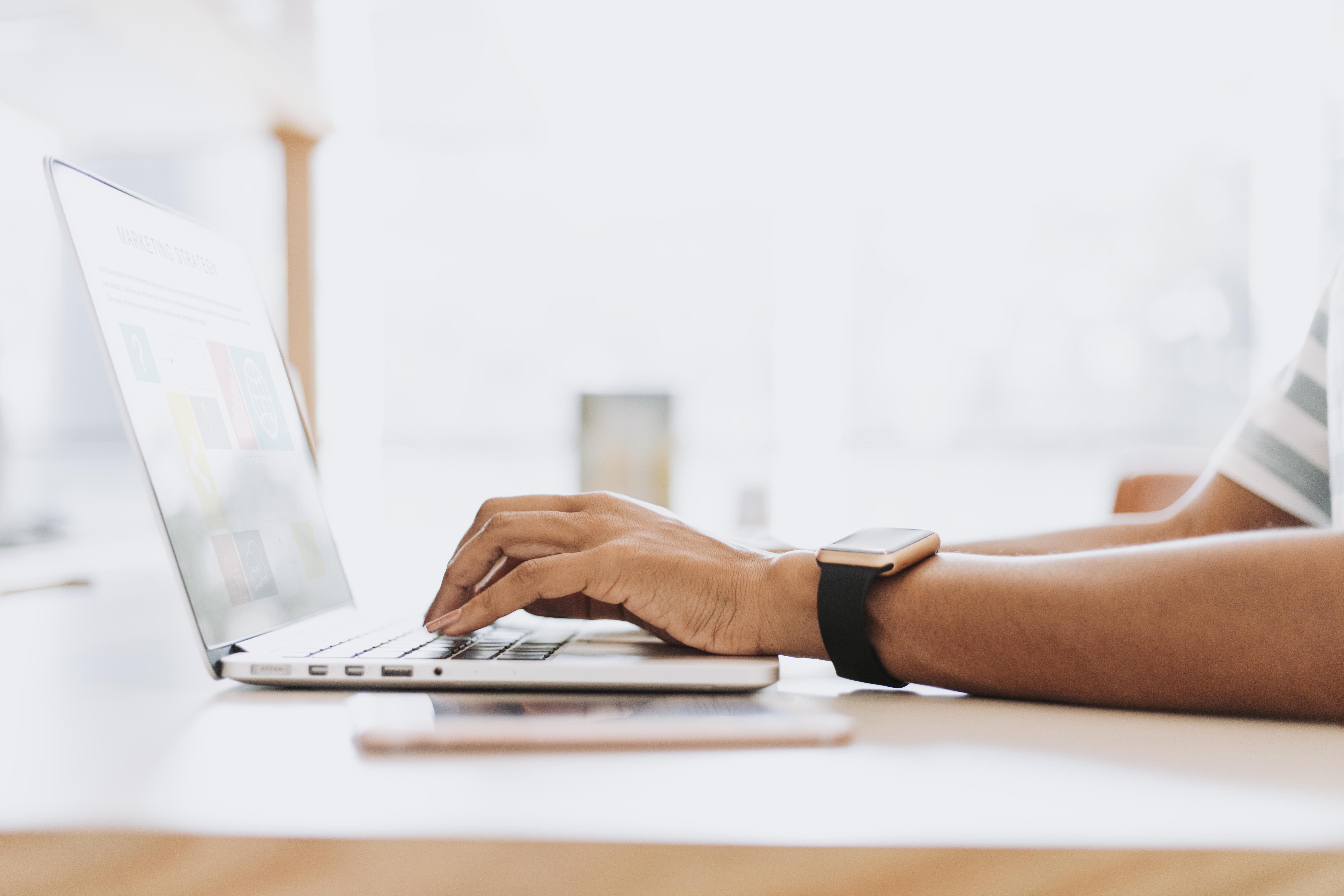 man-working-his-laptop Hybride : le Futur des Évènements